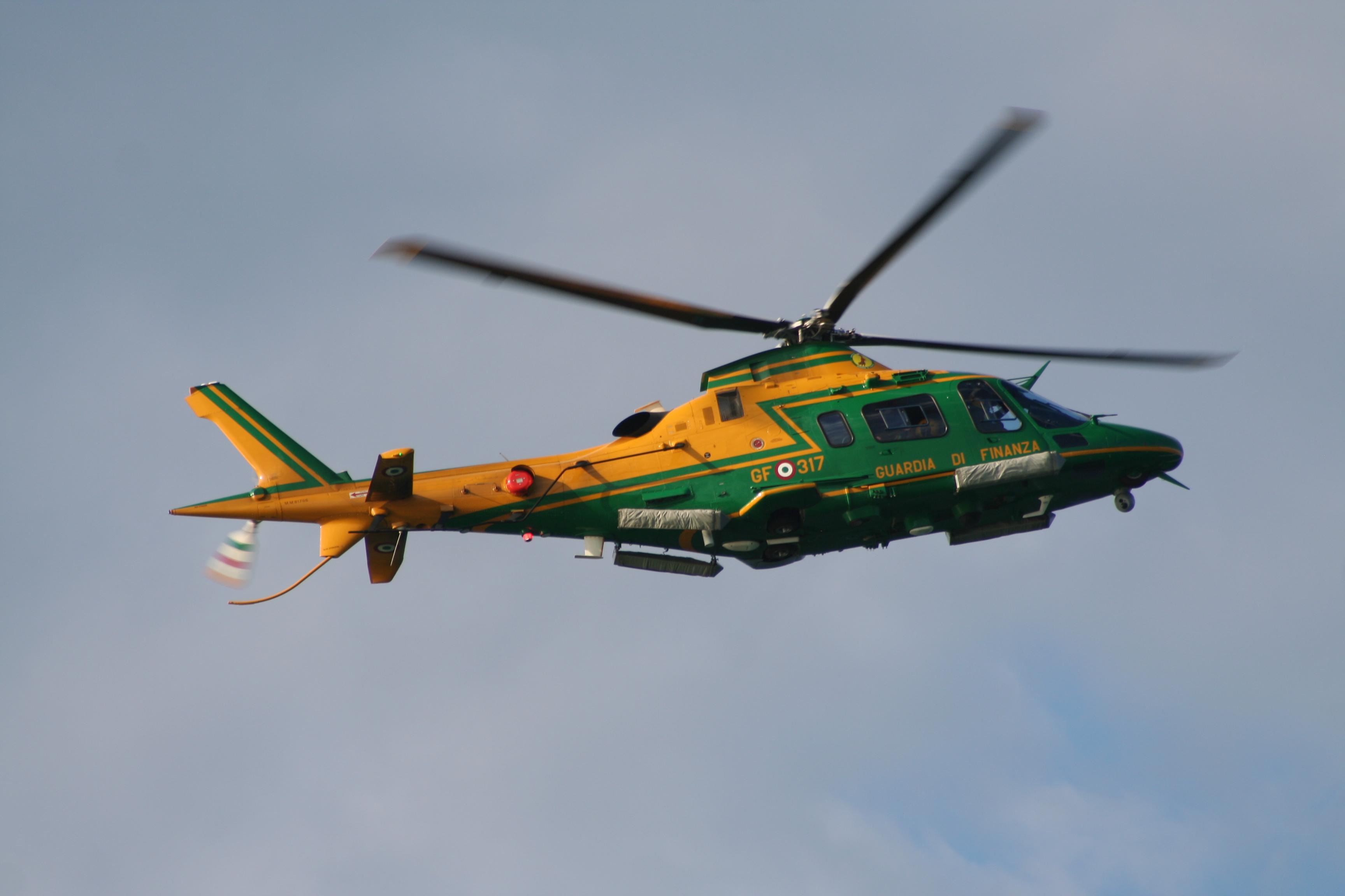 Elicottero Gdf : Gdf elicottero della sezione aerea di pratica di mare scopre